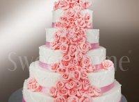 Tort weselny z rożowymi kwiatami